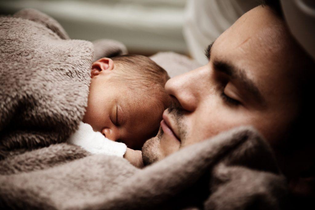 השלמת שעות שינה אחרי הלידה